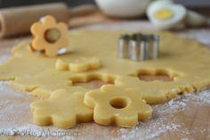 Pasta frolla ovis mollis ricetta base: Variante della pasta frolla che si prepara con i tuorli d'uovo sodi e sbriciolati. Una maniera che rende il risultato finale friabile e che si scioglie in bocca.