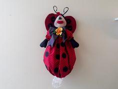 puxa saco joaninha, feito em tecido 100% algodão, olhos pintados, é usado para decoração, e também para guardar sacolas de lixo.