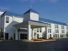 Lexington (NC) Quality Inn United States, North America The 3-star Quality Inn offers comfort and convenience whether you're on business or holiday in Lexington (NC). The hotel offers a high standard of service and amenities to suit the individual needs of all travelers. Free Wi-Fi in all rooms, car park, pets allowed are there for guest's enjoyment. Comfortable guestrooms ensure a good night's sleep with some rooms featuring facilities such as wake-up service, desk, alarm clo...