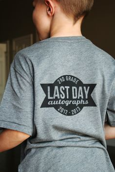 Last day of school autograph shirt tutorial using silhouette machine and heat transfer 5th Grade Graduation, Kindergarten Graduation, End Of School Year, School Daze, Silhouette Cameo Projects, Silhouette Blog, Silhouette School, Vinyl Shirts, Silhouette Machine