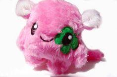 Fluse Kuschel Monster mit Kleeblatt,aus hochwertigem farbechtem Kuschel -Plüsch undFell-Imitat . Augen sind aus Filz) ! Einzelstück!Unikat! Nach eigen