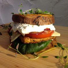 Jos leipä ei maistu, voi burgerin koota myös bataattisiivujen väliin. Bataattiburgeri maistuu myös gluteenitonta ruokavaliota noudattaville.