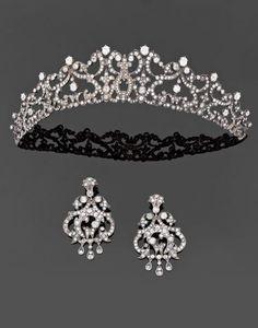 Um diamante do século 19, 18K ouro e prata demi-parure compreendendo uma tiara e um par de pingentes de orelha.  por Erin