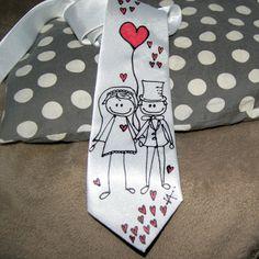 Malovaná kravata (nejen) svatební bílá Materiál: 100 % hedvábí, klasický střih, pevný střih a materiál, slavnostní lesk Originál na bílém podkladu, v nejširším místě šíře 10 cm Krásný dárek, do práce, do města i na plesy... nebo jen tak Pro originálního muže, jedinečným dolpňkem. Možno i jako svatební pro ženicha, pro svědka. Na přání mohu dopsat jména, ...