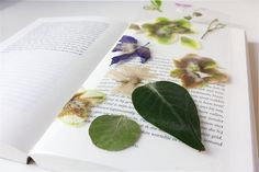 Deze leuke bloemen boekenlegger kun je zelf maken! | Crafting this creative and awesome bookmark with flowers Classroom Crafts, Diys, Crafting, Awesome, Creative, Flowers, Bricolage, Do Crafts, Florals