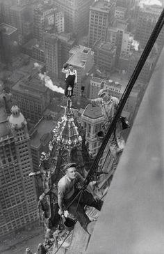 Imágenes Historicas @HechoHistoricos 23 sep Los trabajadores en el edificio Woolworth, Nueva York, 1926.