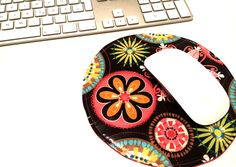 Aus Wachstuch und Thermolam-Futter entsteht mit Nähmaschine ruckzuck ein tolles Mousepad. Wie das geht, zeige ich Euch in dieser Anleitung. Love Sewing, Diy, My Love, Blog, Sew Simple, Couture, Free, Mousepad, Oilcloth