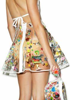 look des annees 80 tenue vestimentaire en plastique plage avec sac transparent