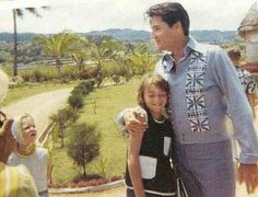 """Taking a moment to meet some Hawaiian fans during the filming of """"Paradis Hawaiian Style,"""" 1965 Hawaiian Print Fabric, Elvis Today, Elvis Presley Photos, Tiki Room, Comedy Films, Blue Moon, Cool Pictures, Paradise, Movies"""