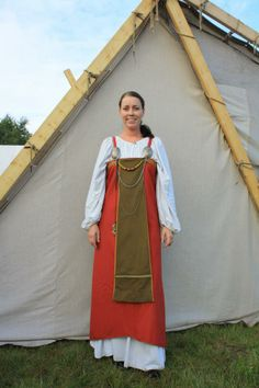Åshild at Lofotr Viking Center. Apron-dress with contrasting front panel, full chemise gathered at neck and wrists, but without pleating.