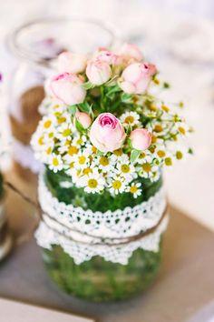 Josephine und Steffen: Liebliche Sommerhochzeit auf dem Land @Esther Jonitz http://www.hochzeitswahn.de/inspirationen/josephine-und-steffen-liebliche-sommerhochzeit-am-land/ #vintage #wedding #flowers