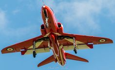 Red Arrows Hawk T1 Red Arrow Plane, Raf Red Arrows, Fighter Pilot, Fighter Jets, Airplane Crafts, Air Force Aircraft, Aircraft Painting, Blue Angels, Royal Air Force