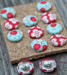 Fabric Button Push Pins, Thumb Tacks Bliss Tulips Red Turquoise Handmade by… Diy Projects To Try, Crafts To Do, Craft Projects, Arts And Crafts, Craft Ideas, Fun Ideas, Diy Buttons, Button Crafts, Fabric Covered