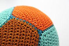 Hæklet bold i samme farver som på billedet. Opskriften ligger inde på linket.