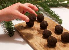 Hei i desembersolen! Selvom det ikke er spor etter julestemning utendørs her på østlandet, jobbes det iherdig med skape god stemning inne. Lysslynger, glittrende kuler,julestjerner i vinduene, og litt julegaveinnpakkning (jeg er jo nesten ferdig med julegavene! Takk London!) mellomslagene. Til helgen skal jeg endelig få laget pepperkaker og litt annet snask. Da er jeg sikker på julestemningen kommer for å bli! Julen altså, den koseligste tiden på året! Bak dagens kalenderluke gjemmer det…