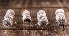 Sugar free truffles with dates by Greek chef Akis Petretzikis. Super delicious truffles with dates and cocoa that are quick and easy to make and sugar free! Balayage Color, Kids Menu, Oven Baked Chicken, Dark Roots, Blue Ombre, Sweet Desserts, Truffles, Vegetarian, Stud Earrings