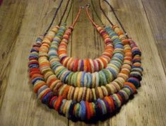 no instructions. Appears to be felted circles strung onto a jewelry chain of some sort. Perfect for all those scraps of felt you end up with.