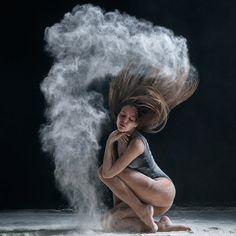 Portfolio Aleksandra Jakowlewa pełne jest świetnych studyjnych zdjęć tancerzy w ruchu. Nie ogranicza się do efektów z mąki, które dziś prezentujemy. Na jego zdjęciach balet łączy się z breakdance i innymi stylami tańca. Fotograf opanował warsztat studyjny co widać na zdjęciach z rozsypywaną przez tancerzy mąką, którą trzeba dobrze oświetlić, żeby wyszła ciekawie. Nie jest to łatwe zadanie podobnie jak z fotografowaniem dymu.
