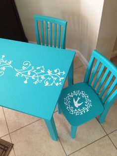Sweet little table and chairs for kids. The DIY here is the painting not the making of the table and chairs.