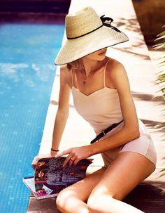 La mer est bleue, le chapeau à larges bords et les couleurs du jardin chaudes et saturées. La French Riviera n'a plus aucun secret pour vous, en tout cas pas son style, puisque voici une belle leçon pour l'adopter en 18 looks ! http://www.elle.fr/Mode/Dossiers-mode/Le-style-French-Riviera-mode-d-emploi/