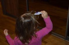 Moja córeczka pozazdrościła mamie i postanowiła też sobie masować główkę. A co tam - włosów nigdy zbyt wiele!:)