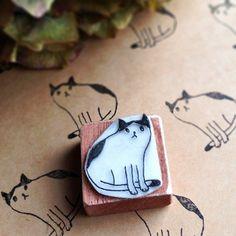 Cute little DIY cat stamp Stamp Printing, Printing On Fabric, Screen Printing, Lino Art, Eraser Stamp, Stamp Carving, Fabric Stamping, Handmade Stamps, Linoprint