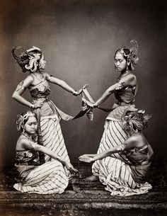 The many talents of Isidore Van Kinsbergen - The Eye of Photography Magazine Traditional Paintings, Traditional Art, Traditional Outfits, Indonesian Women, Indonesian Art, Batik Pattern, Surrealism Photography, Theatre Costumes, Asia Map