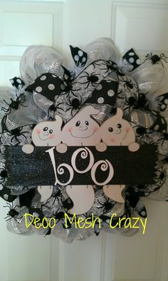 Loving the spiders and ghosts on this Haloween wreath Casa Halloween, Holidays Halloween, Halloween Crafts, Halloween Decorations, Pumpkin Decorations, Halloween Witches, Halloween Ideas, Wreaths And Garlands, Deco Mesh Wreaths