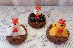 galinha com ovos no cesto em biscuit