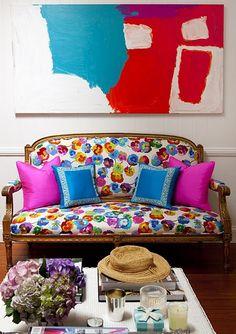 ARQUITRECO Uma opção de estampa super colorida que modernizou o sofá de estilo Luis XV