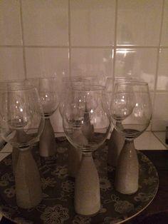 Vinglas med betongfot Wine Glass, Tableware, Dinnerware, Dishes, Place Settings, Wine Bottles