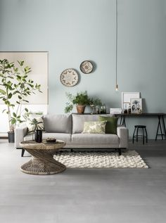Green House woonkamer, rotan tafel, grijsblauwe muur, botanische kussens | Rotan table, grey blue wall, botanic pillows | KARWEI 9-2017