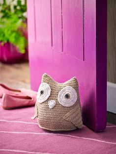 How to make a crochet owl doorstop: Make a crochet owl, ready to greet you and happy to hold the door open. Weighted with a bag of split peas or lentils, then stuffed with fibrefill, this happy chappie is as functional as he is cute. FREE and thanks so xox ☆ ★   https://www.pinterest.com/peacefuldoves/