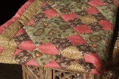 БРУСНИКА лоскутный плед - купить или заказать в интернет-магазине на Ярмарке Мастеров - 2FTZDRU | Уютное и тёплое одеялко подойдёт как для детской…