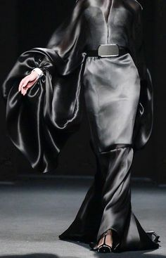 Long black gown with beautiful fluidity - elegant draping; fashion details // Stephane Rolland Haute Couture