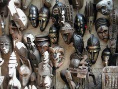 """Mascaras de Mali. Durante el colonialismo, además de esclavos, marfil, oro, café, etc. también se """"trajeron"""" numerosas producciones artísticas realizadas en diferentes materiales. Las que no pudieron ser fundidas para acuñar monedas con el rostro de algún rey, fueron expuestas en museos. Un ejemplo son máscaras como las de la imagen, generalmente talladas para fiestas o el culto a los antepasados."""