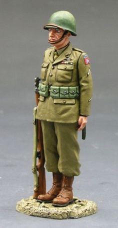 World War II U.S. 82nd Airborne DD081 Standing At Attention - Made by King and Country Military Miniatures and Models. Factory made, hand assembled, painted and boxed in a padded decorative box. Excellent gift for the enthusiast.