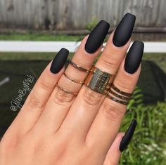 Nail art: the trend of black polish cardboard on social networks Une manucure noire mat - Nail Designs Gorgeous Nails, Love Nails, How To Do Nails, Pretty Nails, Fun Nails, Dip Gel Nails, Black Manicure, Matte Black Nails, Black Polish