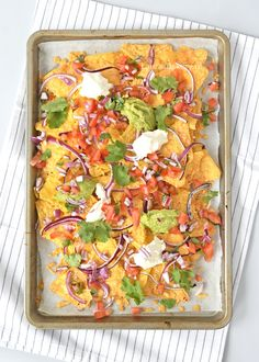 Nacho's uit de oven Nachos In Oven, Vegan Nachos, Nacho Chips, Tortilla Chips, Nacho Taco, Mexican Tapas, Healthy And Unhealthy Food, Good Food, Yummy Food