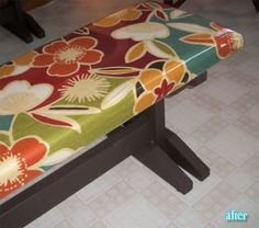DIY / How to cover outdoor bench: foam padding & covered in oilcloth - Home Decor Ideas - Outdoor Kitchen Ideas Picnic Table Covers, Picnic Table Bench, Table Seating, Old Benches, Kitchen Benches, 3 Season Room, Bench Seat Covers, Small Sewing Projects, Crafty Projects