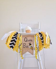 Bumble Bee First Birthday High Chair Banner/Fun to Bee One/Honey Bee/Bee Day The… Bumble Bee erster Geburtstag Hochstuhl Banner / Fun to Bee One / Honigbiene / Bee Day Theme / Kuchen Smash / Foto First Birthday Themes, Girl First Birthday, Birthday Photos, First Birthdays, Birthday Ideas, Birthday Gifts, Themed Birthday Parties, Bee Birthday Cake, Geek Birthday