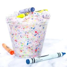 This easy and colorful DIY crayon slime recipe will have you digging through your couch cushions to find broken crayons. Making Crayons, Diy Crayons, Broken Crayons, Color Crayons, Free Slime, Diy Slime, Colorful Slime, Cool Slime Recipes, Slime For Kids