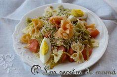 ensalada fresca de pasta, verduras y salmón ahumado