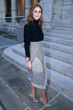 Con falda-pareo de Christian Dior y suéter negro, así de elegante pudimos ver a Olivia Palermo durante la Semana de la Moda de París.