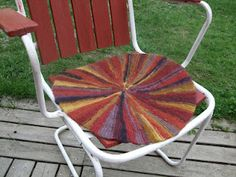 Knitted and felted seat cover. Outdoor Chairs, Outdoor Decor, Knit Crochet, Cool Stuff, Knitting, Projects, Crafts, Hooks, Home Decor