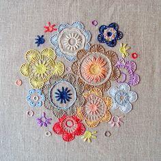 Num mundo de ritmo acelerado a calma arte do bordado renasce como passatempo favorito para as fãs dos lavores e do DIY. Com fios e agul...