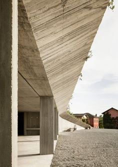 Image 3 of 14 from gallery of Agricultural Machinery Depot / deamicisarchitetti. Photograph by Alberto Strada Concrete Architecture, Space Architecture, Contemporary Architecture, Wall Exterior, Modern Exterior, Exterior Design, Northern Lights Iceland, Modern House Facades, Public Garden