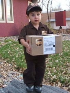 Kids halloween costumes - UPS man - DIY by purchasing brown pants, shirt, and cap from Goodwill. Print the UPS logo online and add a box! So EASY! Check out your local Goodwill for all of your Halloween shopping : www. Diy Halloween, Halloween Mignon, Looks Halloween, Homemade Halloween Costumes, Happy Halloween, Halloween Clothes, Best Toddler Halloween Costumes, Cute Costumes, Baby Costumes