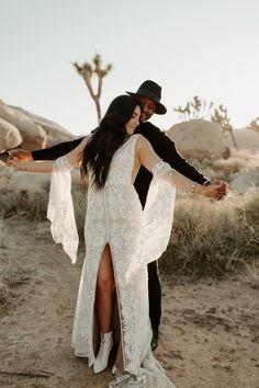 modern-bohemian-desert-elopement-joshua-tree-festival-adventurous-destination-wedding Couple Picture Poses, Couple Shoot, Boho Chic, Modern Bohemian, Desert Pictures, Elopement Inspiration, Elopement Ideas, Joshua Tree Wedding, Desert Fashion
