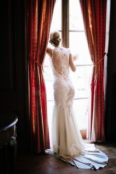 Claire Pettibone Viola wedding gown is perfect for a French style wedding.  Photography: Squaresville Studios A Lovely Workshop Elizabeth Messina http://couture.clairepettibone.com/collections/continuing-collection/products/viola